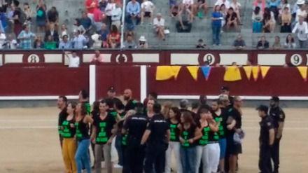 Detenidos 29 antitaurinos por saltar a Las Ventas antes del inicio de una novillada