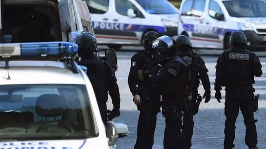Pánico en Nîmes, escenario del arranque de la Vuelta a España, por un inexistente tiroteo con un arma falsa