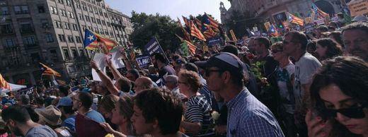 La manifestación de Barcelona contra la barbarie terrorista, manchada por los activistas políticos antiespañoles