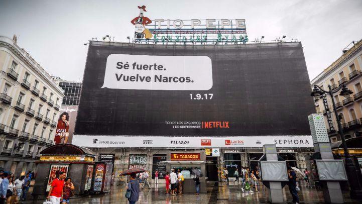 La empresa estadounidense de entretenimiento, Netflix, promociona su serie Narcos con un cartel en la Puerta del Sol parafraseando el mensaje de texto que Rajoy mandó a Bárcenas. (Foto: KiKe Rincón)