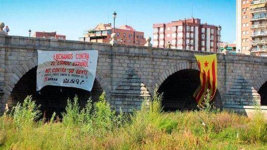 Cuelgan una bandera independentista catalana gigante en pleno centro de Madrid