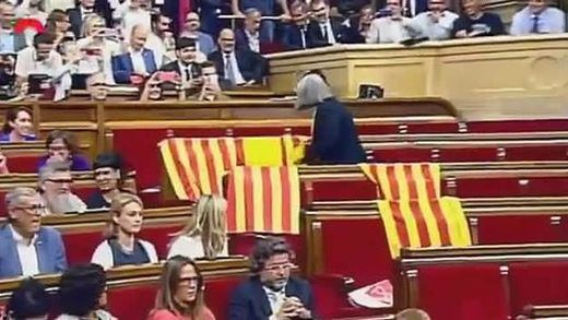 Incluso Forcadell criticó a la diputada Àngels Martínez por quitar las banderas españolas del Parlament