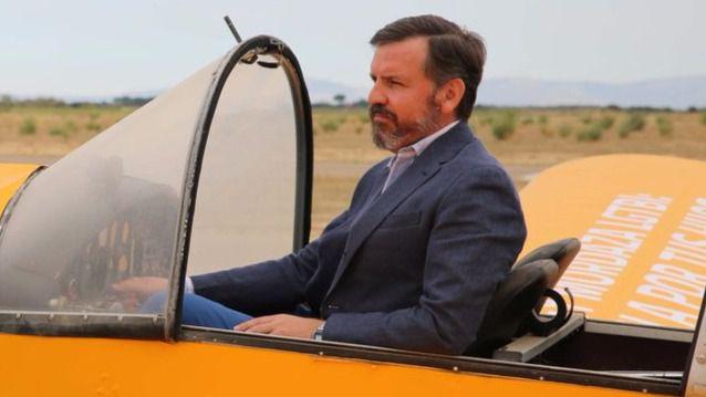 Ignacio Arsuaga en la avioneta de HazteOír