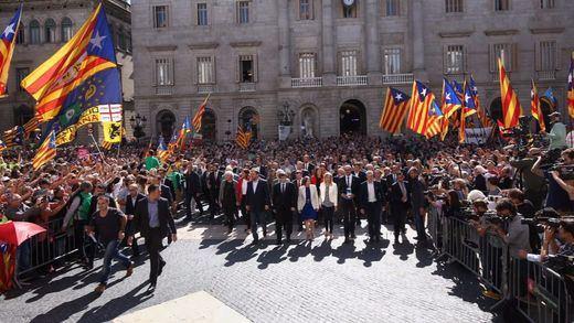 El independentismo hace una nueva demostración de fuerza con 700 alcaldes arropando a la Generalitat