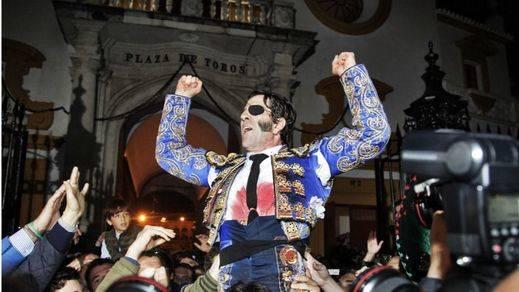El torero Padilla celebra su faena envuelto en la bandera franquista
