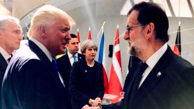 Donald Trump saluda a Mariano Rajoy en la Cumbre de la OTAN