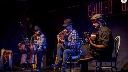 El trío de músicos en una actuación anterior en la Galileo