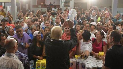 Bochornosa visita de Trump a Puerto Rico, minimizando los daños y tirando papel higiénico a los damnificados