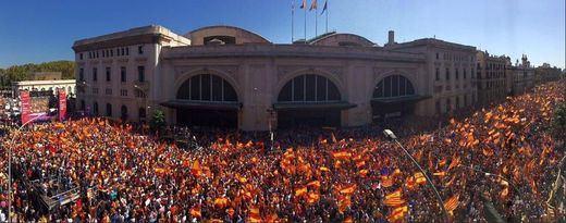 Multitudinaria concentración en Barcelona por la unidad nacional, una llamada a