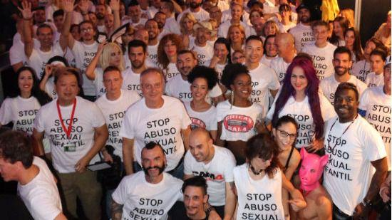 Artistas del SEB'17 con la camiseta oficial de la campaña contra los abusos sexuales infantiles