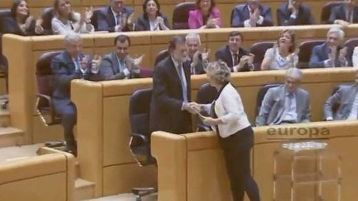 Una senadora de ERC regala un libro 'catalanista' a Rajoy y éste le da a cambio la Constitución