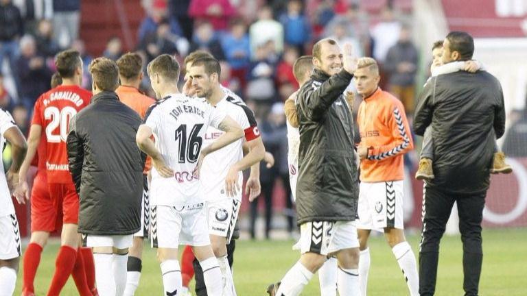 Los jugadores del Alba saludan tras la victoria