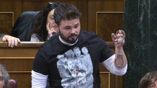 Rufián fue esta vez con esposas para su show semanal en el Congreso y lanzó amenazas al Gobierno