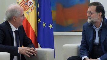 El presidente del Gobierno, Mariano Rajoy, durante su encuentro en La Moncloa con el alcalde metropolitano de Caracas, Antonio Ledezma.
