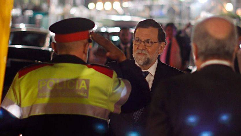 Un Mosso saluda al presidente Rajoy