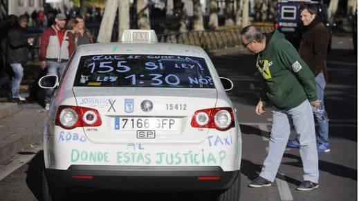 Los taxistas se manfiestan en Madrid tras una jornada de caos y retenciones