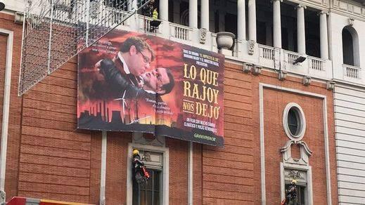 Greenpeace colapsa el centro de Madrid al colocar una pancarta en plena Gran Vía