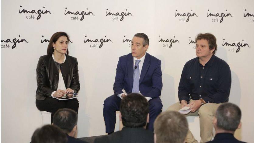 De izquierda a derecha: Maria Luisa Martínez Gistau, directora ejecutiva de Comunicación, Relaciones Institucionales, Marca y RSC; Juan Alcaraz, director general de CaixaBank, y Xavier Mas, director de Marketing de CaixaBank