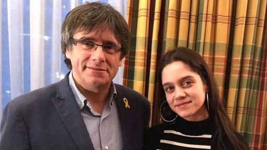 Vota Laura, la joven de 18 años que cede su derecho al huido Puigdemont