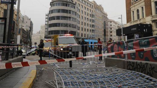 Un joven se lanza desde un octavo en el centro de Madrid pero se salva por el alumbrado navideño