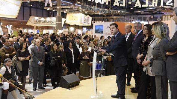 El presidente de Castilla-La Mancha en la inauguración del stand institucional en la 38ª edición de FITUR