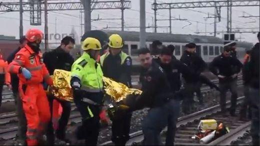 Al menos 3 muertos y más de 100 heridos al descarrilar un tren en Milán