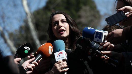 Arrimadas 'propone' a Puigdemont investirse en EuroDisney