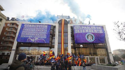 Los ultras de 'Hogar Social Madrid' se atrincheran en su sede y evitan el desalojo policial