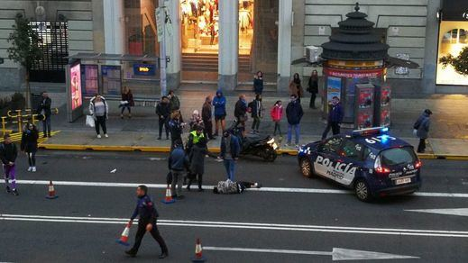 Atropello en plena Gran Vía: un herido tras ser arrollado por una moto