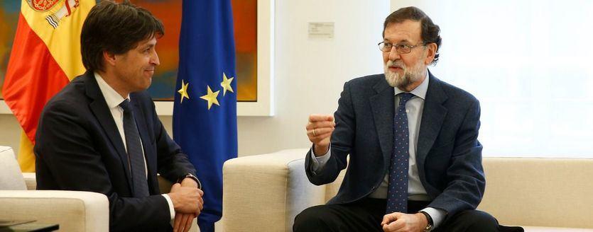 El presidente del Gobierno, Mariano Rajoy, junto al presidente de Societat Civil Catalana, José Rosiñol, en La Moncloa.