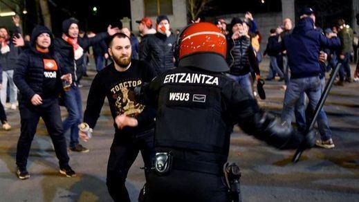 La violencia del fútbol se cobra la vida de un ertzaina por los disturbios de ultras rusos en Bilbao