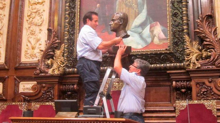 La juez obliga a Colau a colocar un retrato del Rey en un lugar de 'honor' en el Ayuntamiento