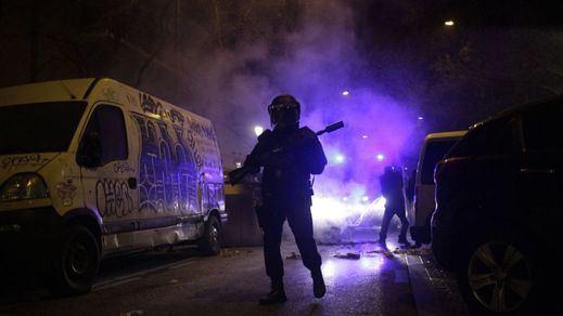 Muere un mantero en Madrid tras ser perseguido por la Policía municipal y arde el barrio de Lavapiés