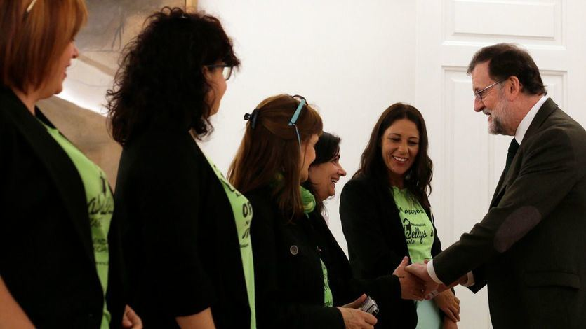 El presidente del Gobierno, Mariano Rajoy, posa con las representantes del colectivo de las camareras de piso, a quienes ha recibido en La Moncloa.