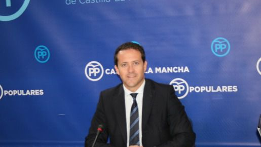 Velazquez durante la rueda de prensa en las Cortes de CLM