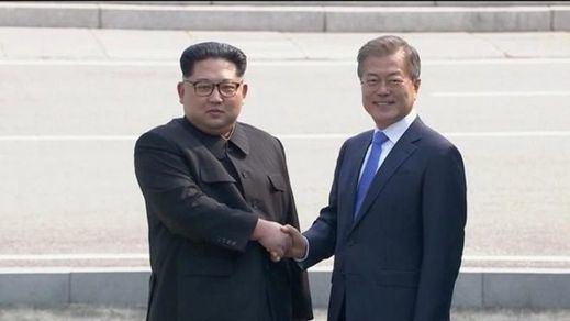 Otra foto del siglo: el apretón de manos entre las dos Coreas