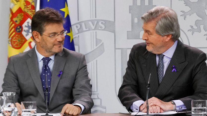 Rafael Catalá e Íñigo Méndez de Vigo tras el Consejo de Ministros