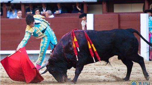 Redondo de Carlos Ochoa a su primer novillo