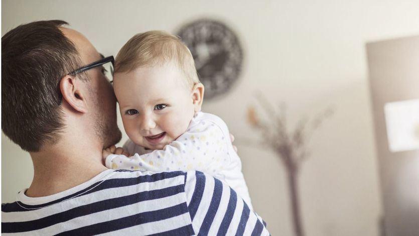 El Constitucional da un paso hacia la igualdad en los permisos de paternidad y maternidad