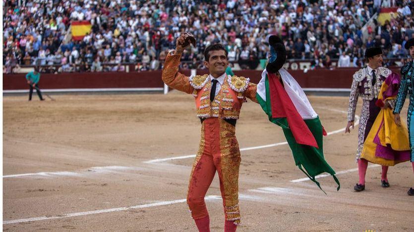 El mexicano pasea la oreja que cortó con una bandera de su país