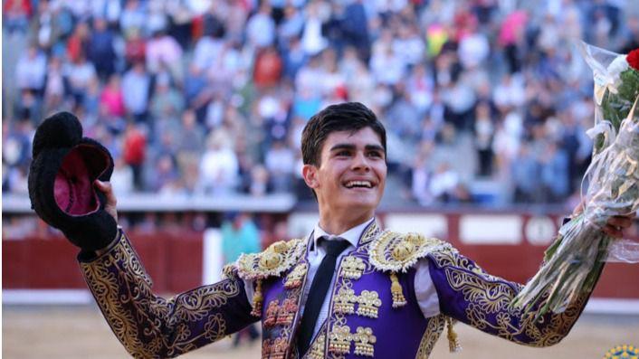 De Manuel pasea la oreja que cortó al tercero de la tarde en Las Ventas