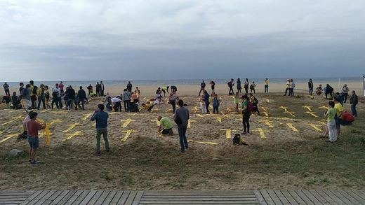 Tensión en Mataró por la colocación de cruces amarillas en la playa