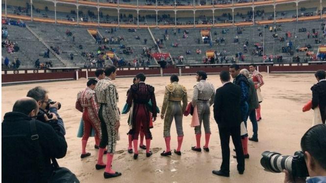 La terna comprueba el mal estado del ruedo antes de decidir la suspensión del festejo del lunes.