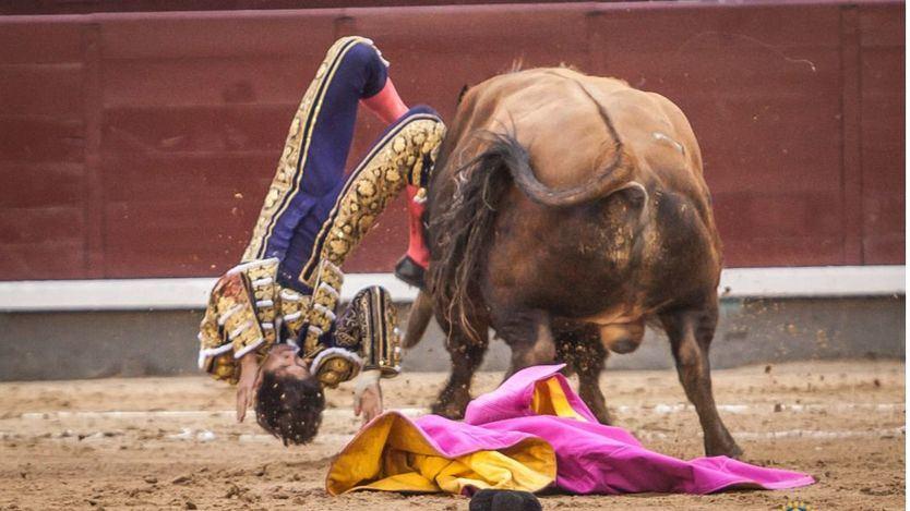 El impresionante percance de Castella en su segundo toro.