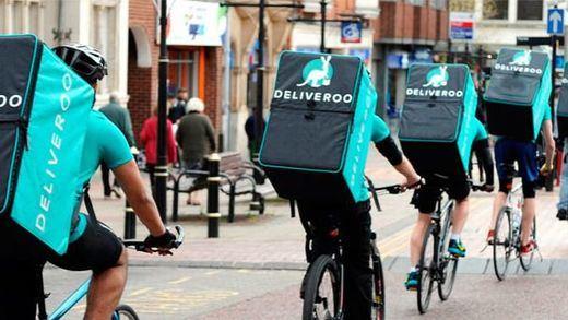 Un juez falla que los repartidores de Deliveroo son falsos autónomos y que debe contratarlos