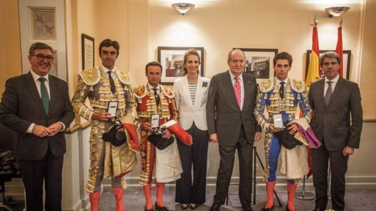 Don Juan Carlos, la infanta, el presidente de la Comunidad de Madrid y el secretario de Estado para el Deporte posan junto a la terna