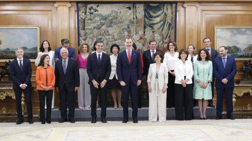 El gabinete de Sánchez promete y no jura cargos y se autodenomina