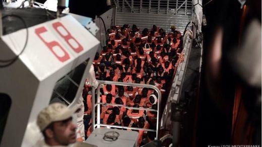 Italia deja a la deriva a más de 600 personas rescatadas por el barco humanitario 'Aquarius'