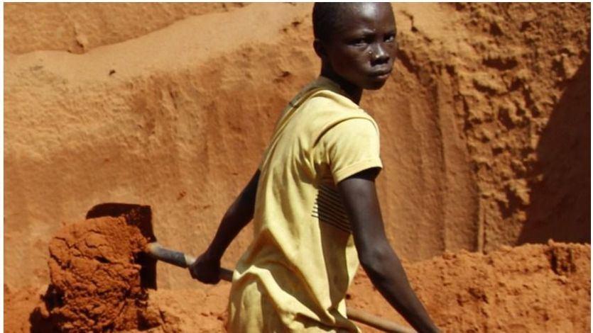 Menor de edad trabajando en las minas de coltán de República Democrática del Congo