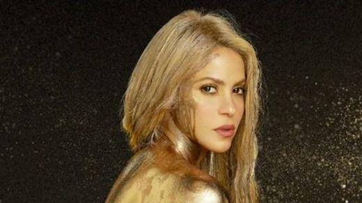 A Shakira le cuelgan un símbolo nazi para promocionar su gira
